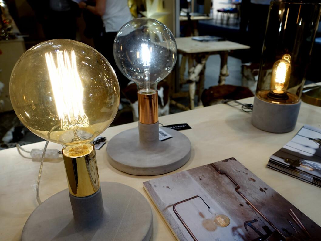 <strong><b>HÅNDVERK:</strong></b> Lampeprodusenten Watt & Veke slår et slag for gamle håndverkertradisjoner, med munnblåst glass og naturmaterialer. Foto: KRISTIN SØRDAL
