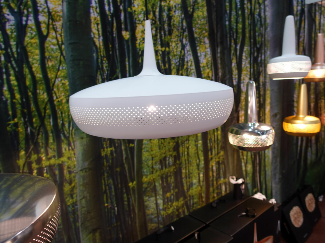 <strong><b>NYTT:</strong></b> Vita er en lampekolleksjon som skal gi design for en billig penge. De store pendlene nærmest er nye. Mange av lampene fra Vita kan snus og settes på hodet - som en stålampe eller lampett. Foto: KRISTIN SØRDAL