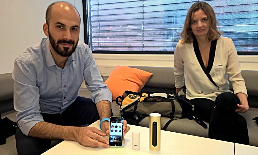 <strong><B>FRANSKE:</strong></B> Romain Paoli og Eléonora de Fournas viser fram Netmo Welcome. Den lille dingsen mellom telefonen og kameraet er sensoren som kan monteres på dører og vinduer. Foto: TORE NESET