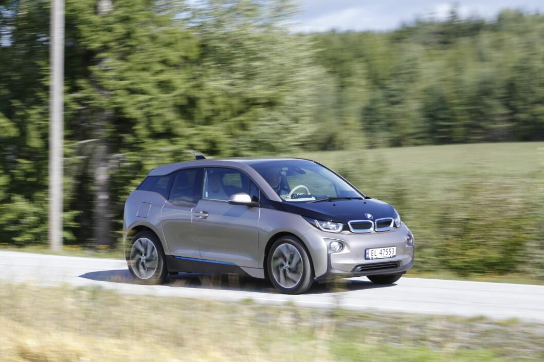 <strong><B>FRA ELBIL TIL PLUG-IN:</strong> </B>BMW i3 kommer snart i såkalt REX-versjon (Range Extender). Det betyr at den blir utstyrt med en liten bensinmotor som skal generere strøm til batteriet. Det øker den teoretiske rekkevidden fra 190 til 300 km. Foto: Espen Stensrud