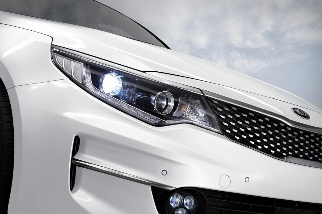 <strong><b>LENGRE FRONTLYKTER:</strong></b> Lengre frontlykter og flere sikkerhetsoppdateringer gjør nye Optima til en attraktiv bil.  Foto: KIA