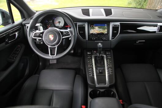 <strong><B>KNAPPEBOMBET:</strong> </B>En knapp - en funksjon. Og med mange funksjoner, betyr det et hav med knapper i Porsche-interiøret. Foto: Espen Stensrud / Autofil