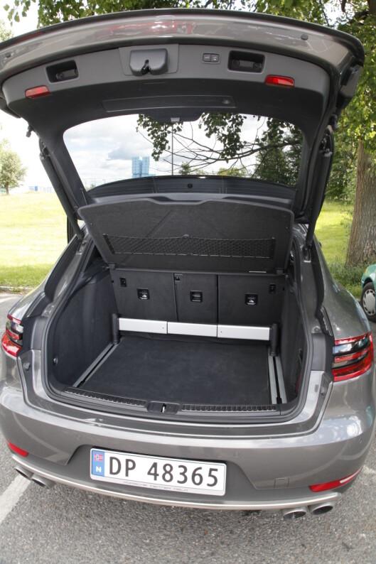 <strong><B>GREI PLASS:</strong> </B>500 liter  er målet på bagasjerommet i Macan. Det er identisk som i X4. Men Macan er lettere å laste inn i.  Foto: Espen Stensrud / Autofil