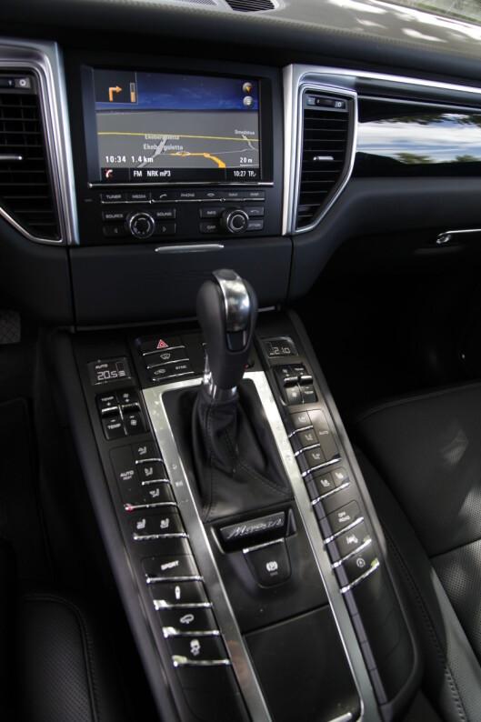<strong><B>LET, FINN, TRYKK:</strong> </B>Utallet av knapper krever læring og tilvenning. Skjermen er dessverre lysår bak den skarpe og større som er i BMW X4.  Foto: Espen Stensrud / Autofil