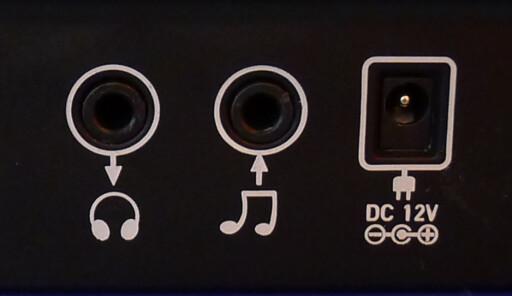 INN- OG UTGANG: På baksiden kan du koble til både hodetelefoner og eksterne lydkilder. Foto: TORE NESET