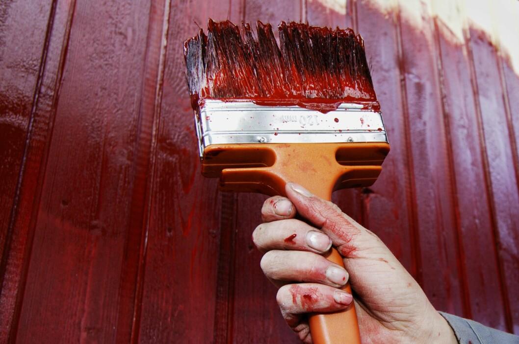 <strong><b>UTFORDRENDE:</strong></b> Pass på så du ikke stenger fukten inne når maler huset i sommer. Foto: NTB SCANPIX