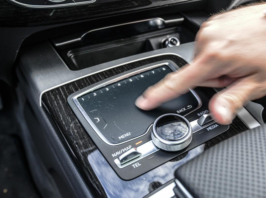 <strong><b>PEKEPLATE:</strong></b> Audi har en pekeplate der du kan skrive med en finger hva du er ute etter.   Foto: Jamieson Pothecary