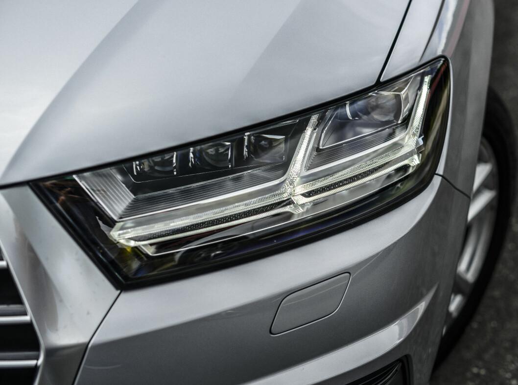 <strong><b>LYSPAKKER:</strong></b> Begge bilene kan leveres med forskjellige lyspakker.  Foto: Jamieson Pothecary