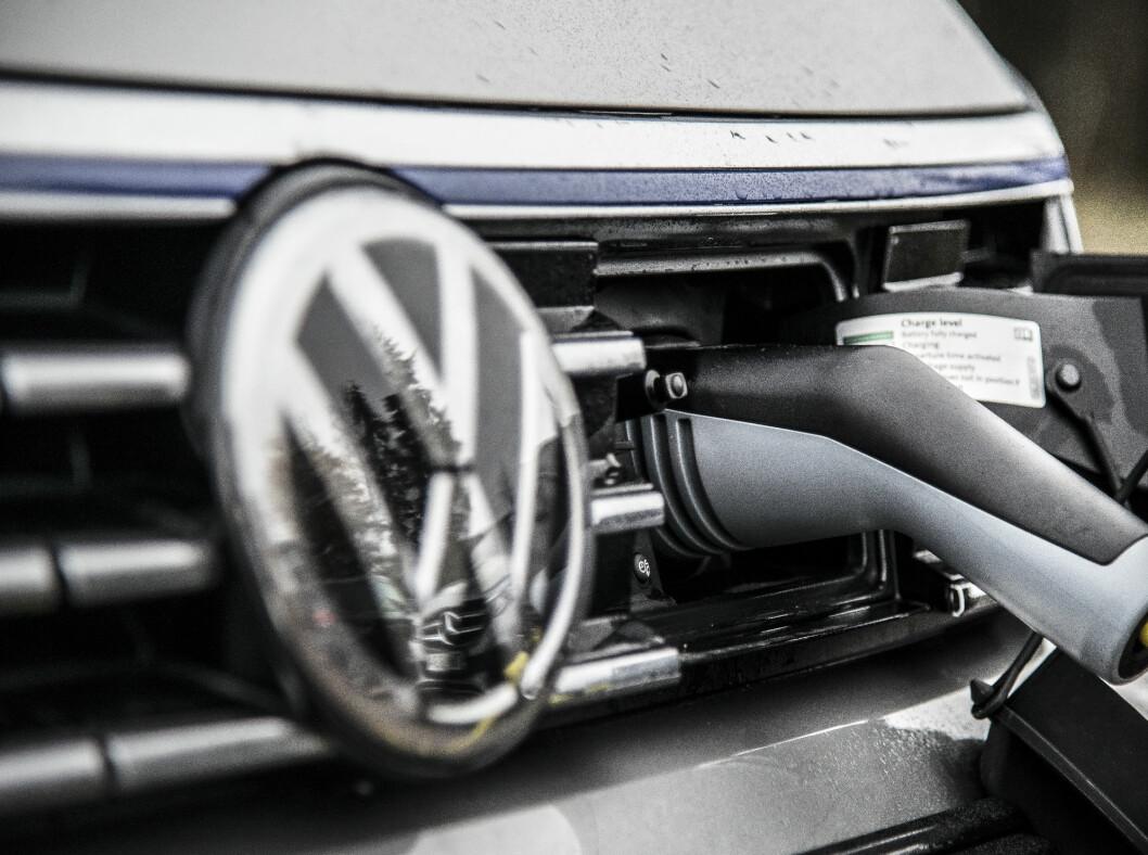 <strong><b>FORAN:</strong></b>VW lader bilen i et uttak foran. Foto: JAMIESON POTHECARY