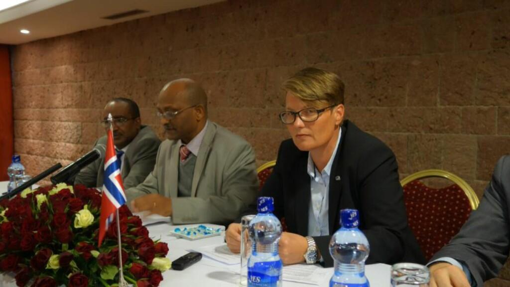Unnlot: Her møter Tine Sundtoft sin etiopiske kollega Ato Belete. Hun tok ikke opp situasjonen til den dødsstrafftruede nordmannen Okello Akuay Ochalla (52). Foto: Jon Berg/Miljøverndepartementet
