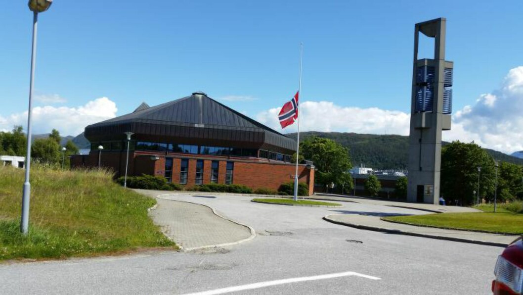 MINNESAMLING:  Flagget var i dag på halv stang ved Spelkavik kyrkje i forbindelse med minnesamlingen etter fire år gamle Adrian Gjærde, som mistet livet i barnehageulykken i Ålesund fredag. FOTO: FRIDGEIR WALDERHAUG/DAGBLADET.