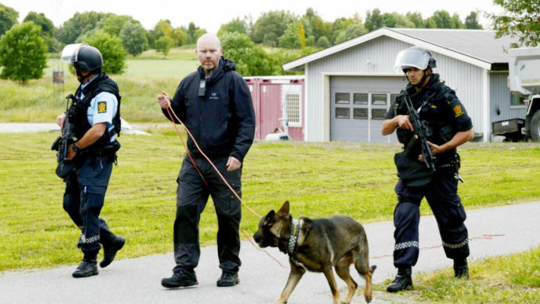 <strong> STORSTILT POLITIJAKT:</strong>  Politiet i Fredrikstad jakter en eller flere gjerningsmenn etter at en person er funnet død på Nabbetorp i Fredrikstad lørdag kveld. Foto: Johnny Larsen / NTB scanpix