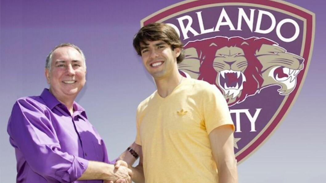 <strong>TIL USA:</strong> Her er Kaká sammen med en representant for Orlando City tidligere i måneden. Den gangen var det bare en treningsøkt, men nå ser det ut til at han ender der permanent. Foto: Orlando City