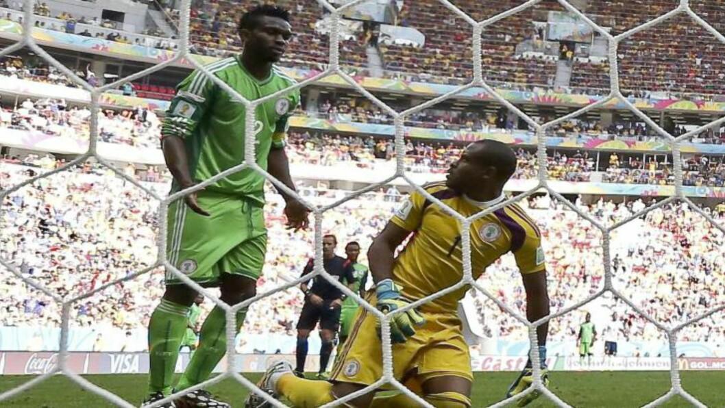 <strong> SELVSAGT SELVMÅL:</strong>  De vestafrikanske lagene har ødelagt for seg seliv i dette mesterskapet. Her en skuffet Joseph Yobo etter selvmålet mot Frankrike. FOTO:  EPA/Jorge Zapata.