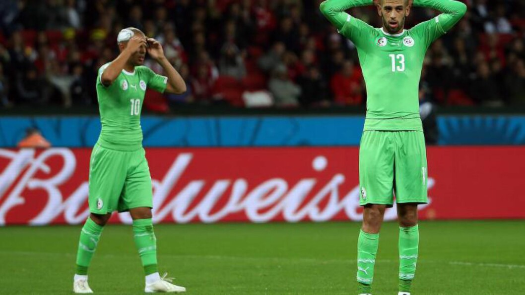 <strong>LIKE VED:</strong>  Islam Slimani (til høyre) og Sofiane Fedhouli fortviler etter 1 - 2 tapet i åttedelsfinalen. FOTO  EPA/Oliver Weiken.