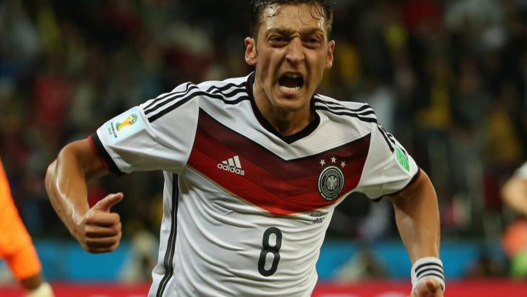 <strong>ØKTE:</strong>  Mesut Özil økte ledelsen for Tyskland i det 119. minutt - som endte med å gi laget seieren. Foto: EPA / OLIVER WEIKEN / NTB Scanpix