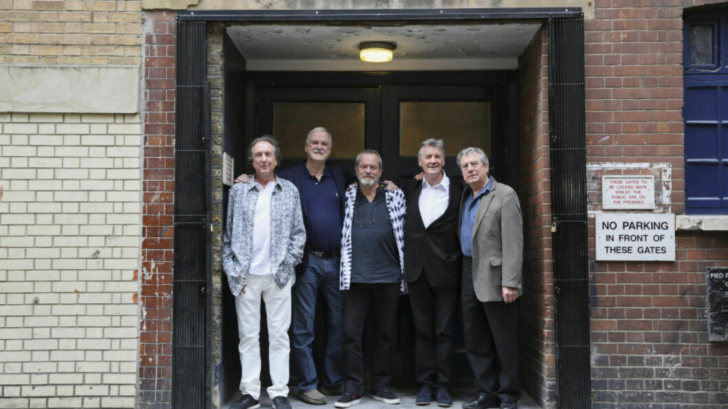 <strong>SVÆRE DIMENSJONER:</strong> Monty Python bygger et monument over seg selv i levende live (for det meste). «Monty Python Live (mostly)» er på alle mulige måter et show av svære dimensjoner. Bildet er fra en pressekonferanse dagen før showet: Eric Idle, John Cleese, Terry Gilliam, Michael Palin og Terry Jones. Foto: Paul Hackett/Reuters