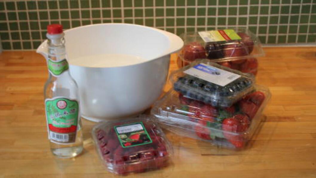 <strong>RENE BÆR:</strong> Eddik kan brukes til mye, blant annet er eddikbad fint for å vaske frukt og bær, og som en bonus, holder de seg lenger. Men grip altså ikke til eddiken i absolutt alle situasjoner. Foto: ELISABETH DALSEG / DINSIDE.NO
