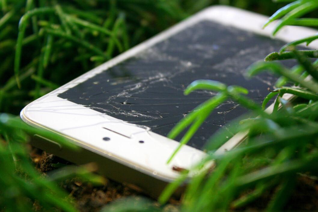 <strong><b>KOSMETISK SKADE:</strong> </B>En såpass ødelagt mobil burde gå bra, men små sprekker og kosmetiske skader kan du risikere at butikken ikke vil erstatte.  Foto: OLE PETTER BAUGERØD STOKKE
