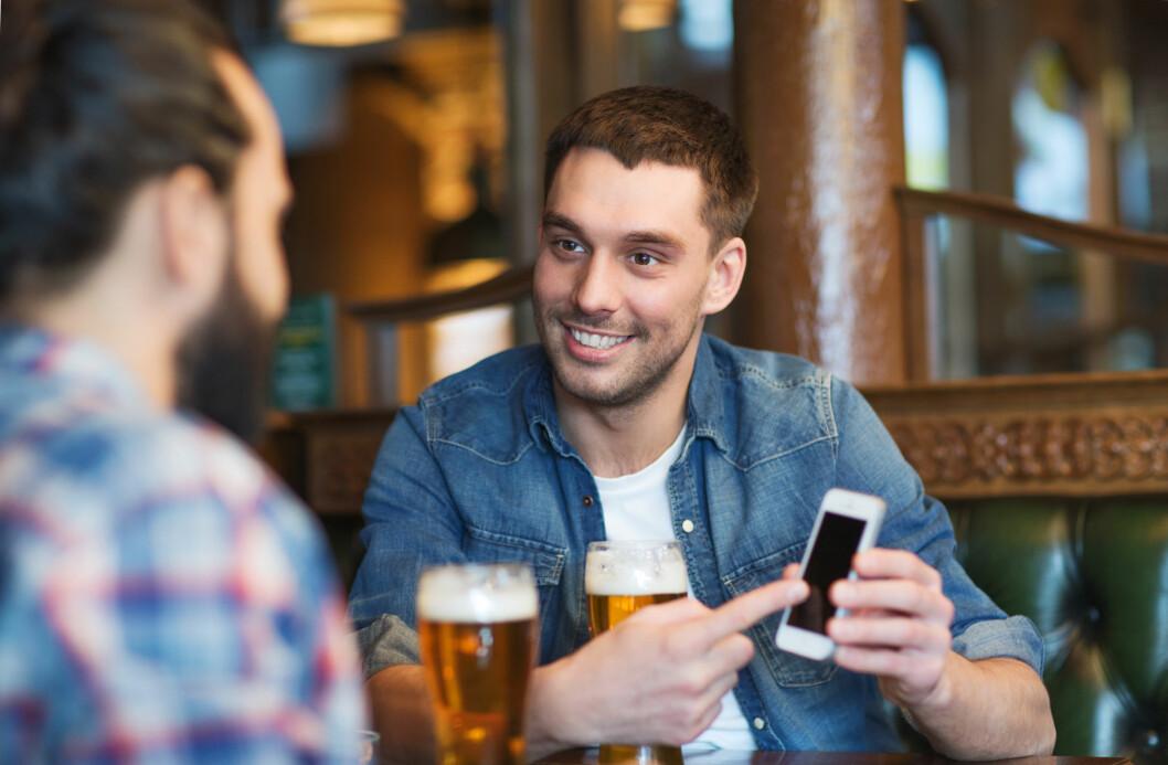<strong><b>I DINE HENDER:</strong> </B>Låner du bort telefonen din til kompisen din, gjelder ikke trygghetsforsikringen, ifølge vilkårene.  Foto: SYDA PRODUCTIONS / NTB SCANPIX