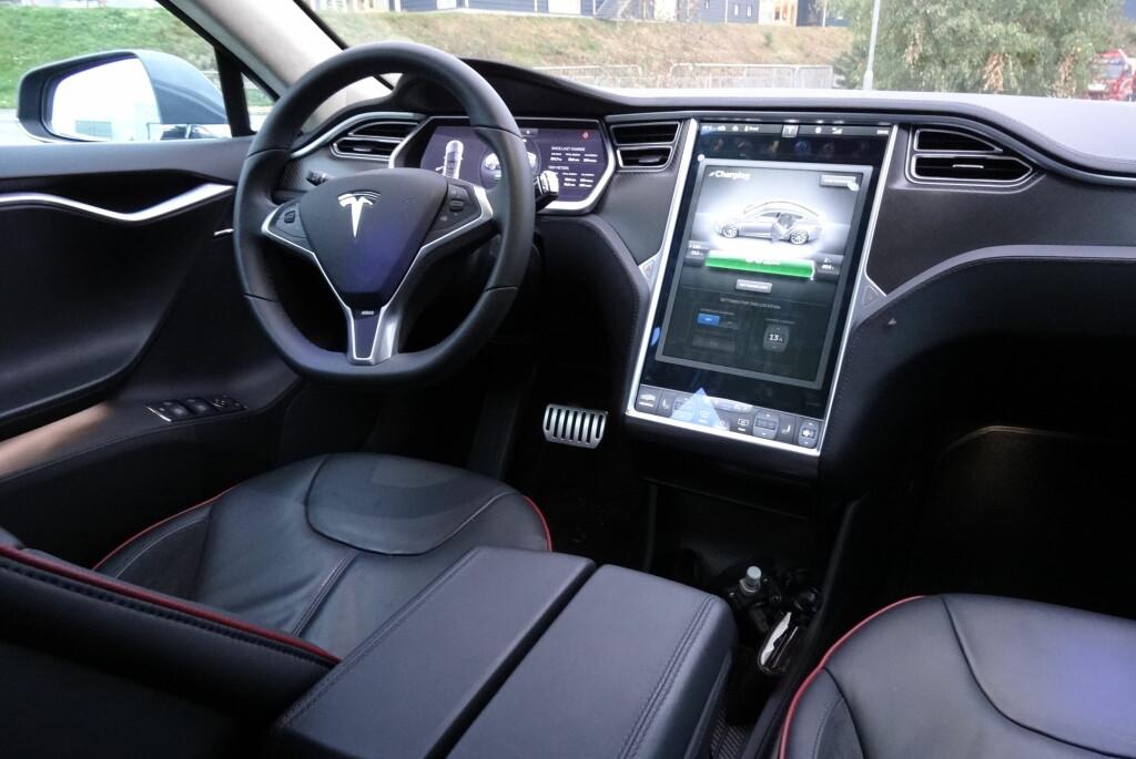 <b>Størst:</b> Tesla Model S har størst skjerm til nå. Vil det være greit at den vises som et stort annonsebilde i kombinasjon med DAB? Foto: FRED MAGNE SKILLEBÆK