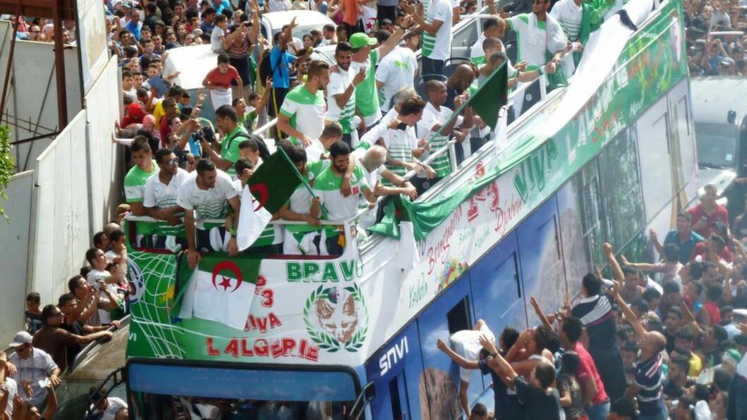 <strong>HELTER:</strong> Det algeriske laget ble mottatt som helter i hjemlandet, og hedret med en god gammeldags parade. Nå hevdes det at de skal donere hele VM-bonusen sin til folket i Gaza. Foto: AFP PHOTO/AMER OUALI/NTB SCANPIX
