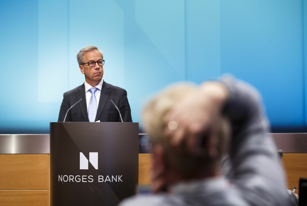 <strong><B>SETTES NED:</strong> </B>Sentralbanksjef Øystein Olsen kunngjør at Norges Bank setter ned styringsrenten med 0,25 prosentpoeng til historiske 1,00 prosent.  Foto: HEIKO JUNGE / NTB SCANPIX