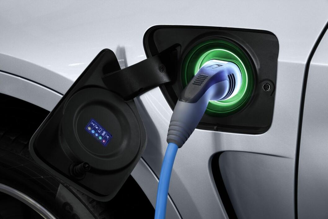 <strong><b>LADEKONTAKT:</strong> </b> Flere og flere biler får ladekontakt i tillegg til påfylling av vanlig drivstoff. Foto: BMW
