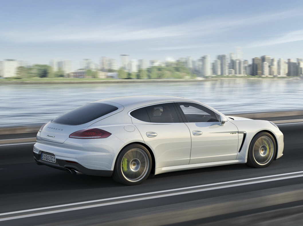 <strong><b>Porsche Panamera S-E Hybrid:</strong></b> Panamera har samme drivlinje som Cayenne S E-Hybrid, altså en bensindrevet tre-liters V6 på 333 hester og 440 Nm er koblet sammen med en elmotor på 95 hk og 310 Nm. Til sammen gir dette 416 hk og 590 Nm som driver alle fire hjul.Den lover en elektrisk rekkevidde på 36 km og et blandet forbruk på 0,31 liter pr. mil. Foto: Porsche