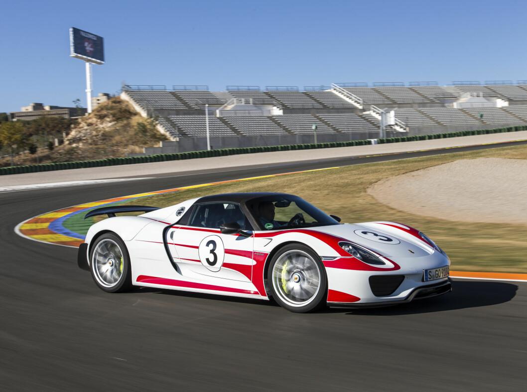 <strong><b>Porsche 918 Spyder:</strong></b> Den første superbilen som ble produsert fra bunnen som hybridbil. Den drives av en bensin V8 på 608 hester og 540 Nm. Den er koblet sammen med en elmotor på 156 hk og 375 Nm som sammen driver bakhjulene. Forhjulene drives av en elmotor på 129 hk og 210 Nm. Til sammen har Porsche 918 887 hk og 1.280 Nm.Den lover elektrisk rekkevidde på 32 km og blandet forbruk oppgis til 0,31 liter pr. mil. Foto: Fred Magne Skillebæk