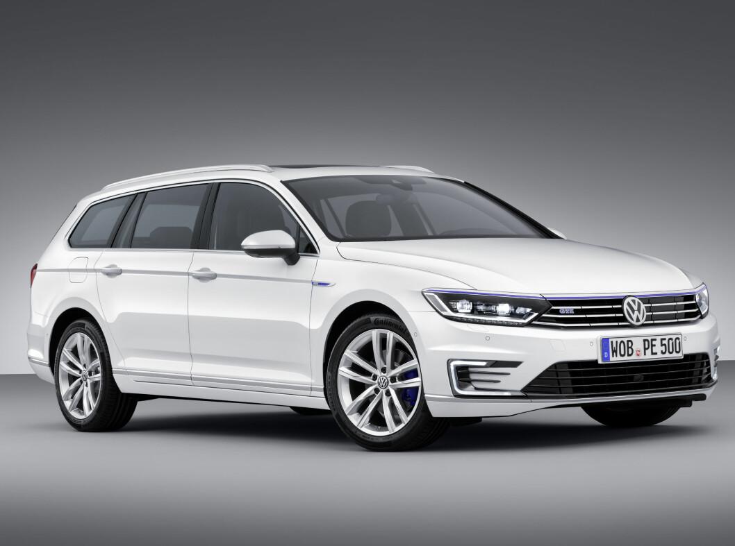 <strong><b>VW Passat GTE:</strong></b> VW passat bruker drivlinjen fra VW Golf GTE, det vil si en 1,4 TFSI med 156 hk og 330 Nm, koblet sammen med en elmotor på 115 hk. Til sammen får den 218 hestekrefter og er 400 Nm og rutte med. Den blir tilbudt i begge karosserivarianter og alle driver på forhjulene.Giringen tas hånd om av en 6-trinns DSG-girkasse med to kløtsjer plus en kløtsj som fristiller elmotoren når det passer.Rekkevidden er oppgitt til 50 kilometer og 0,2 liter per mil. Foto: VOLKSWAGEN