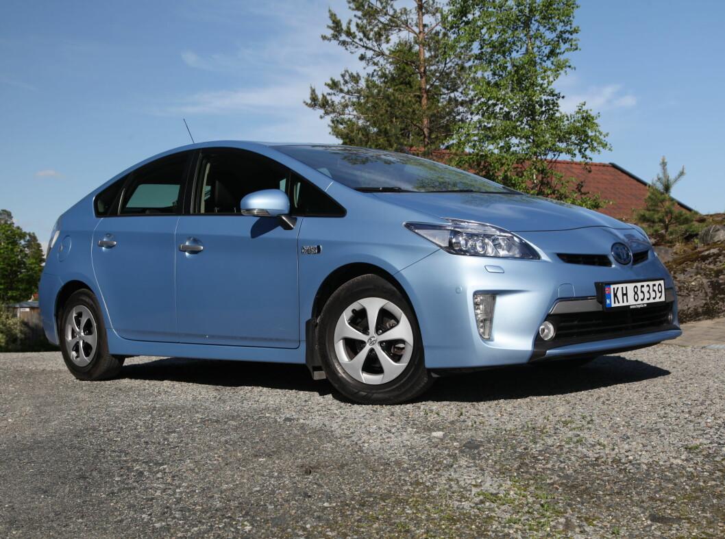 <strong><b>Toyota Prius:</strong></b> Toyota var først ute med hybrid i stor skala, og tilbyr ladbar versjon. Den har en 1,8 liters bensinmotor som yter 99 hester og 142 Nm. Denne jobber sammen med en elmotor på 82 hk og 207 Nm. Til sammen yter pakken 136 hk og 300 Nm.Den lover elektrisk rekkevidde på 25 km og et blandet forbruk på 0,21 pr. mil, noe også vi klarte på en 21 mils testrunde. Foto: RUNE M. NESHEIM