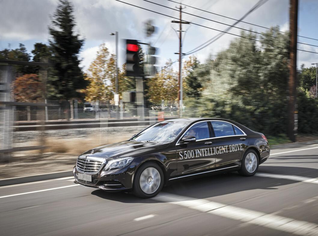 <strong><b>Mercedes-Benz S500:</strong></b> Luksusbilen har en bensin V6 på treliter som yter 333 hester og 480 Nm. Den får hjelp av en elmotor på 115 hk og 340 Nm Til sammen gir det en effekt på 442 hk og 650 Nm. Den lover 33 km rekkevidde. Blandet forbruk oppgis til 0,28 liter pr. mil.  Foto: DAIMLER