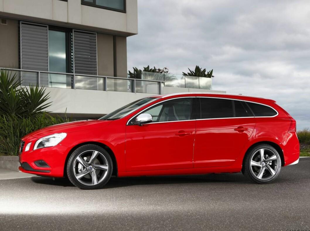 <strong>Volvo V60 Plug-in hybrid:</strong> Volvo er de eneste som har valgt diesel på sin hybridløsning, og ingen hvilken som helst motor heller. Det er snakk om den største, en 2,4 liters twinturbo rekkefemmer. Den yter 220 hk og 440 Nm. En elmotor på 68 hk og 200 Nm er koblet til bakhjulene. Samlet effekt er 288 hk og 640 Nm.Den lover elektrisk rekkevidde på 50 km og et blandet forbruk på 0.18 liter pr. mil. Snart kommer også Audi Q7 med ladbar dieselhybrid.  Foto: VOLVO