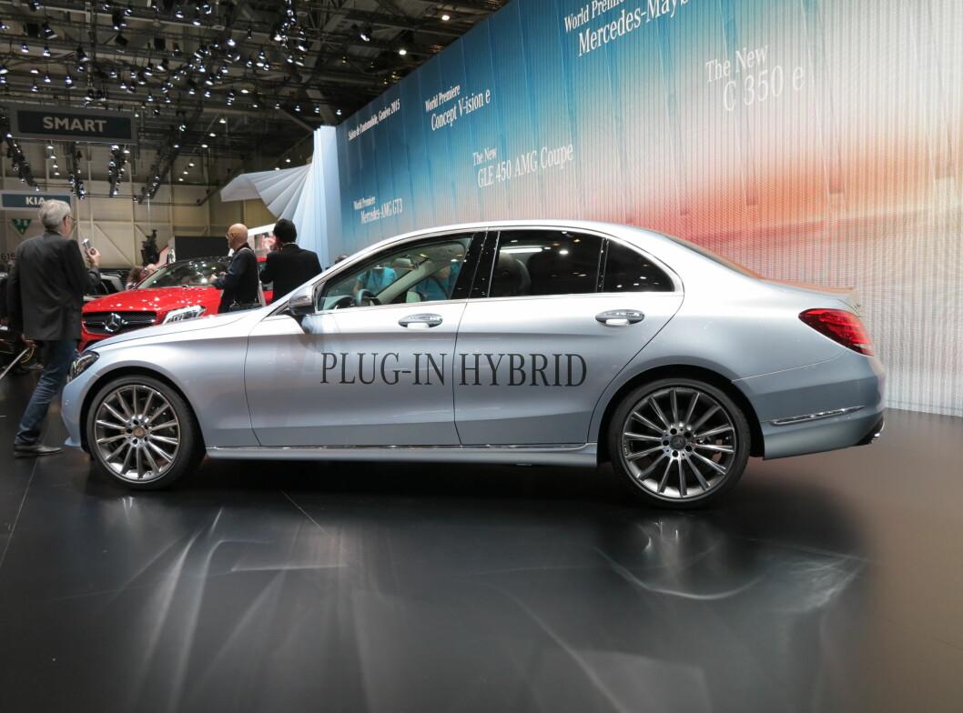<strong>Mercedes-Benz C350 e:</strong> En toliters bensinmotor på 211 hk og 350 Nm får hjelp av en elmotor på 82 hester og 340 Nm. Til sammen yter den 279 hk og 600 Nm. Rekkevidde på ren strøm er 31 km. Den lover Blandet forbruk oppgis til 0,21 liter pr. mil.  Foto: Fred Magne Skillebæk