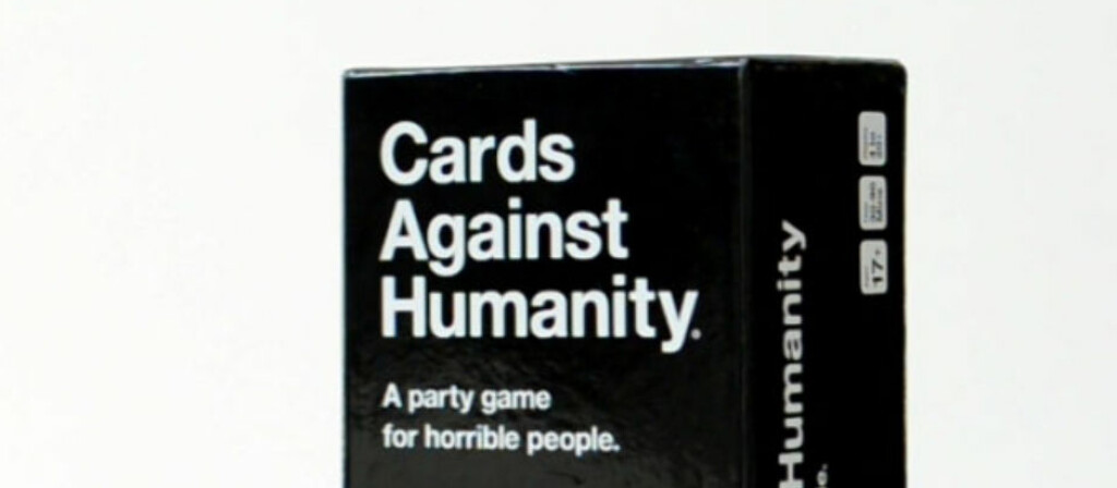 <strong>VORSPIEL-HIT?</strong> Cards Against Humanity er herlig vulgært, og du kan skrive det ut hjemme. Foto: CARDS AGAINST HUMANITY
