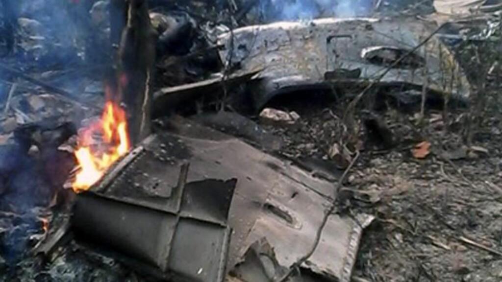 STYRTET: Minst 16 personer kan ha mistet livet da et militærhelikopter styrtet og eksploderte i utkanten av Hanoi. 21 personer var om bord maskinen, som var ute på et treningsoppdrag. Foto: EPA / Vnexpress.net