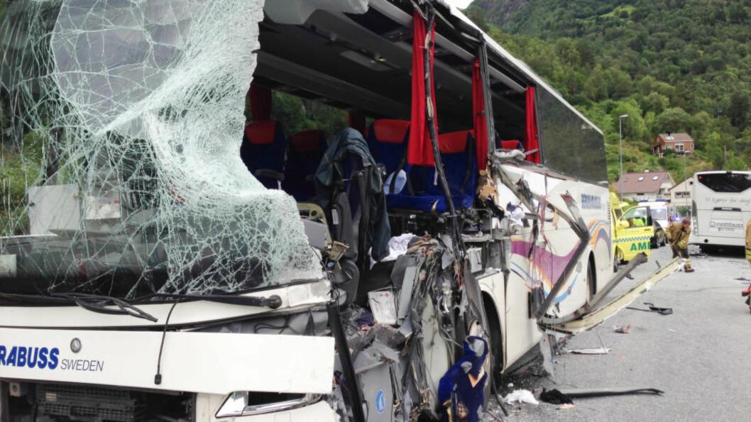 <strong>DØDSULYKKE:</strong> En svensk og en taiwansk kvinne - begge i 20-årene - omkom da den svenske turbussen kolliderte med en lokal rutebuss i 60-sonen på fylkesvei 55 ved Fardal 12. august i fjor. Foto: Christian Blom / NTB scanpix