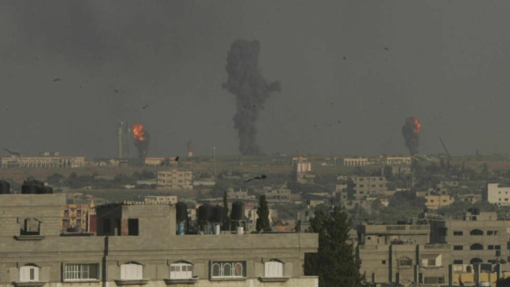 LUFTANGREP: Her stiger mørk røyk i lufta etter det vitner beskriver som israelske luftangrep mot mål på Gazastripa i dag. Foto: Reuters/Abed Rahim Khatib/NTB Scanpix