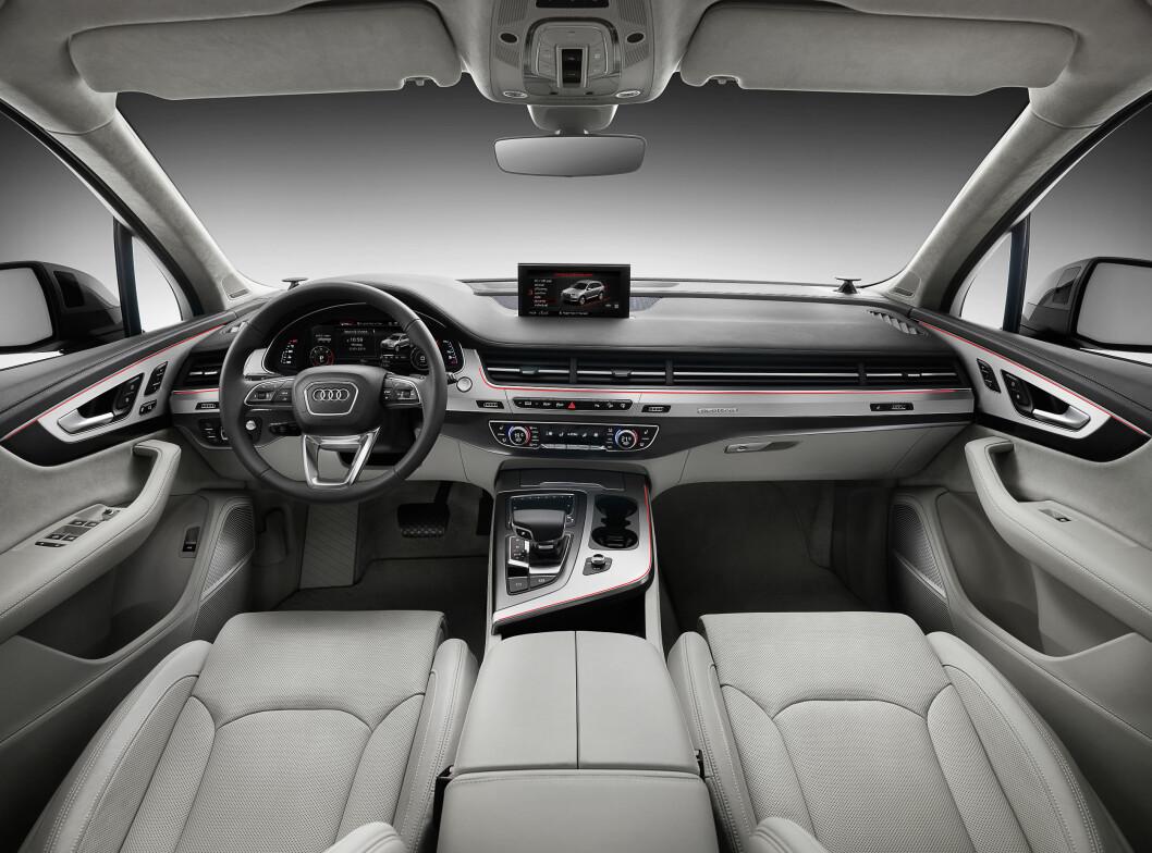 <strong><b<Kjent stil:</strong></b> Også Q7 haer fått en ryddig og oversiktlig førerplass, med 12,3-toms skjerm foran rattet.  Foto: Audi