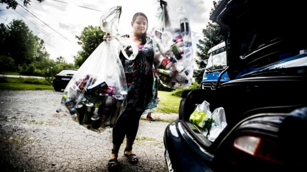 FØRSTE LASS: Linn hentet i går det første lasset med tomflasker. Hun har takket ja til å hente i alt 30 - 40 søppelsekker med tomflasker, og anslår at verdien av disse ligger på cirka 4000 kroner.  Foto: Thomas Rasmus Skaug / Dagbladet