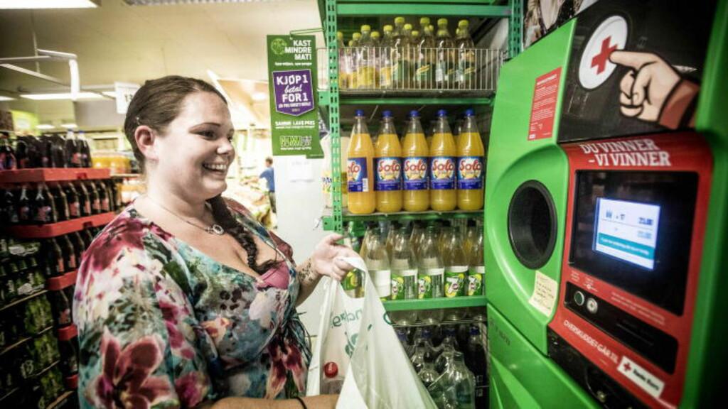 PANTEPLAN: På nærbutikken pantet Linn i går de første flaskene hun har fått. Hun tror ikke hun vil pante alle flaskene her. - Jeg blir nok nødt til å reise litt rundt i nærområdet og pante på forskjellige butikker, sier hun. Foto: Thomas Rasmus Skaug / Dagbladet