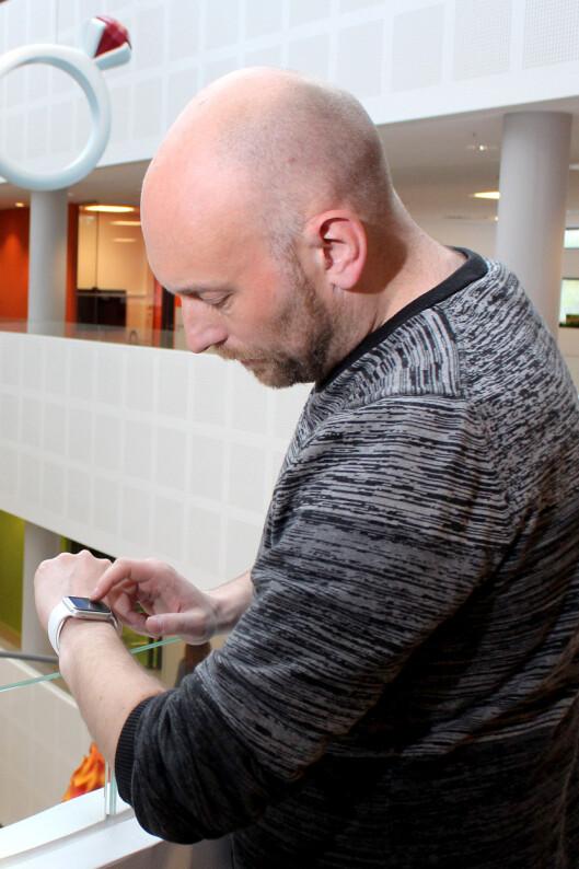 <strong><b>VENTER:</strong> </b>Dinsides teknologiredaktør Pål Joakim Olsen tror Apple Watch snart kommer til Norge. Kanskje får vi vite mer under WWDC-konferansen i juni. Foto: OLE PETTER BAUGERØD STOKKE