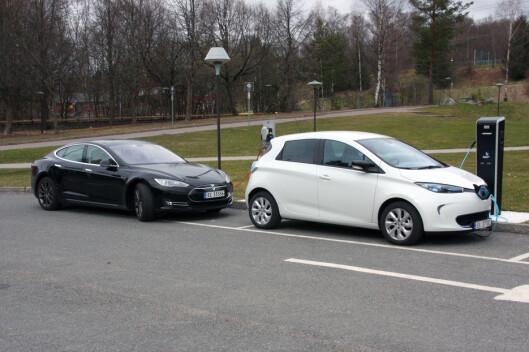 <strong><b>ØKER KRAFTIG:</strong></b> Elbilen Zoe (til høyre), gir Renault et kraftig løft i markedet i april. Med 154 solgte, lå den bare 13 biler bak tidligere leder Nissan Leaf. Foto: KNUT MOBERG