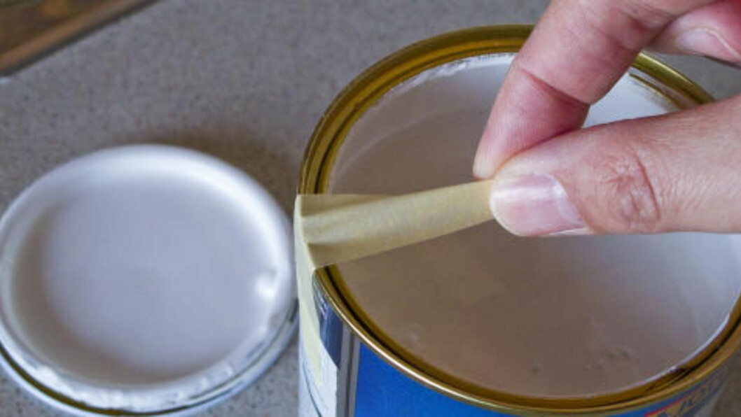 <strong>TAPE PÅ NYE MÅTER:</strong> Tørk av penselen på tapebiten, og du slipper søl langs kanten. Foto: PER ERVLAND / DINSIDE.NO