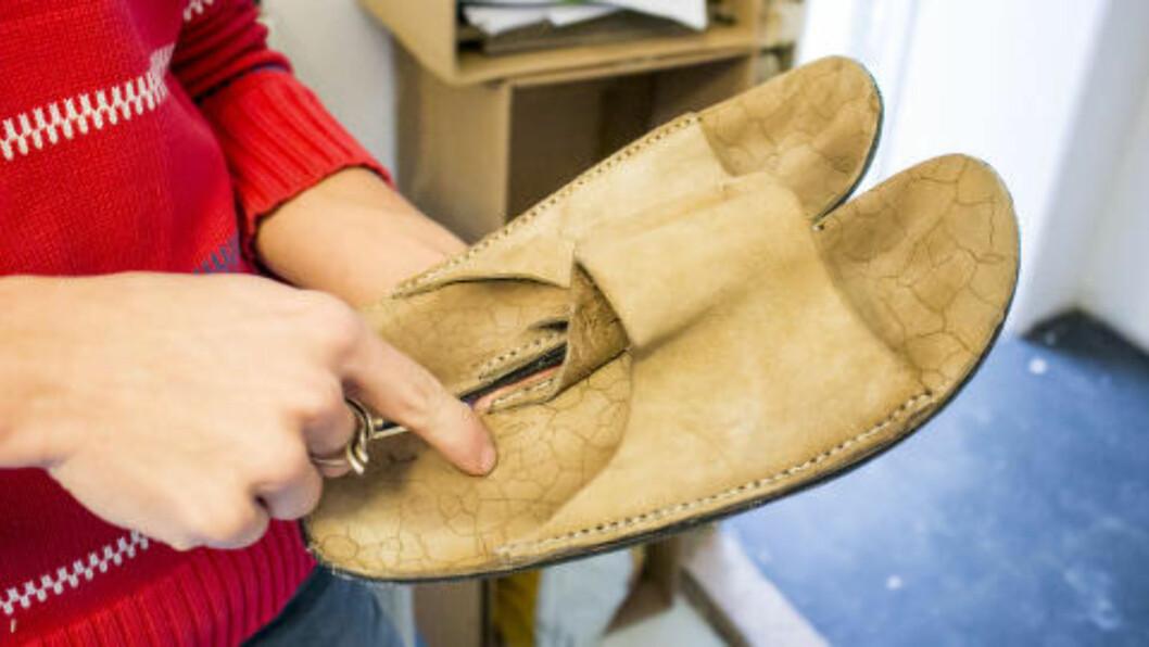 <strong>GJENBRUK:</strong> Finner du gamle capser, dusjhetter eller sandaler er de perfekt å bruke mens du maler. Foto: PER ERVLAND / DINSIDE.NO