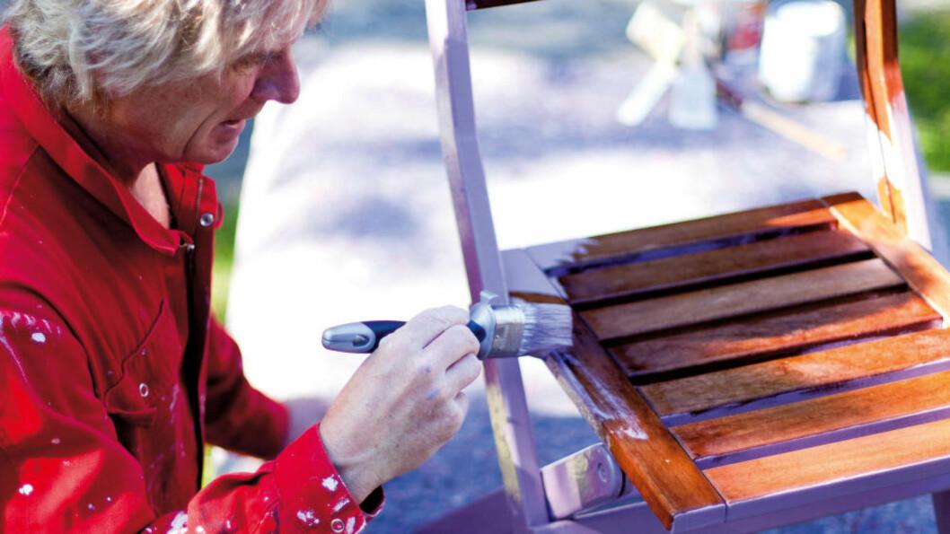 <strong>SØLEFRITT:</strong> Bruker du for eksempel malefilt under møblene du maler, sparer du mye søl og opprydding etterpå. Foto: KRISTIAN OWREN / IFI.NO