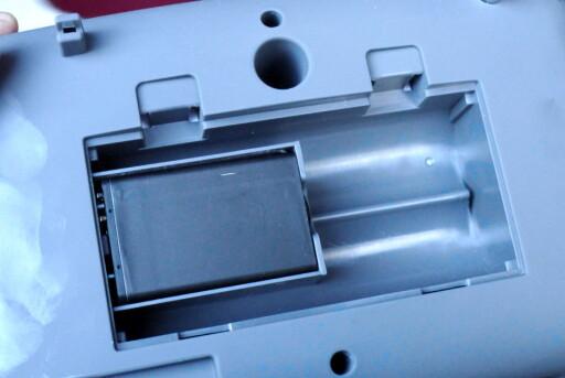 GOD PLASS: Batterikammeret ser ut til å være beregnet for LR14-batterier, men det sitter bare et lite oppladbart 5C-batteri der. Holderen kan ikke fjernes. Foto: TORE NESET