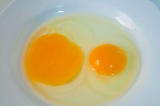 SKILTE EGG: Tar du ett og ett egg om gangen, slipper du å ødelegge alle eggehvitene om én plomme skulle sprekke. Foto: ALL OVER PRESS