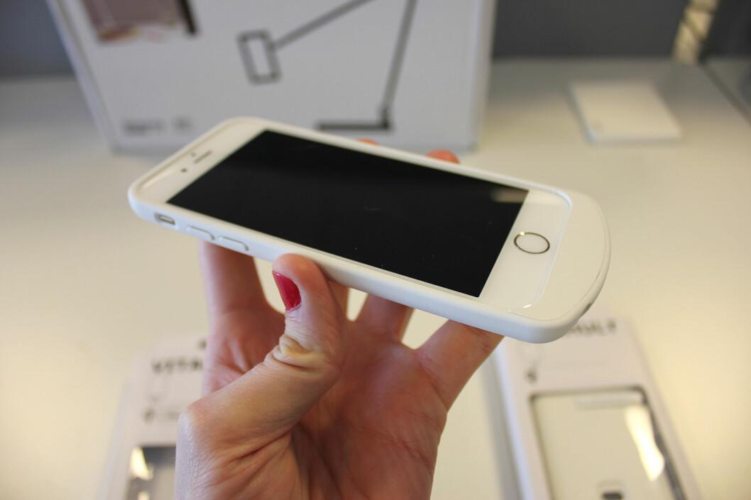 <strong><b>KLUMPETE:</strong></b> I bunnen av iPhone-dekselet sitter det komponenter som gjør trådløs lading mulig. Det gjør også at telefonen blir unødvendig stor (og lang). Foto: KIRSTI ØSTVANG
